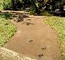 【アプローチ】バリアフリーを考えた土系舗装材を使用。小石でトンボを。