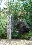 【道しるべ】「みぎいせみち」「ひだりならえ」と刻む。荒木又右衛門の仇討ちで有名な伊賀の「鍵屋の辻」に建つ石標を模したもの。滋賀県産の江州石。