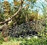 【古瓦モニュメント】古瓦を何枚も層状に重ね、<br光悦寺垣のようなかたちのモニュメントに。