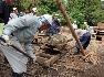 【6】傾斜地でソリ、コロを使い庭石を運ぶ作業